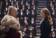 Lissa (Lucy Fry) und Queen Tatiana (Joely Richardson) vor ihrer Rede im Auditorium