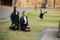 Rose (Zoey Deutch) und Lissa (Lucy Fry) sehen dunkle Zeichen